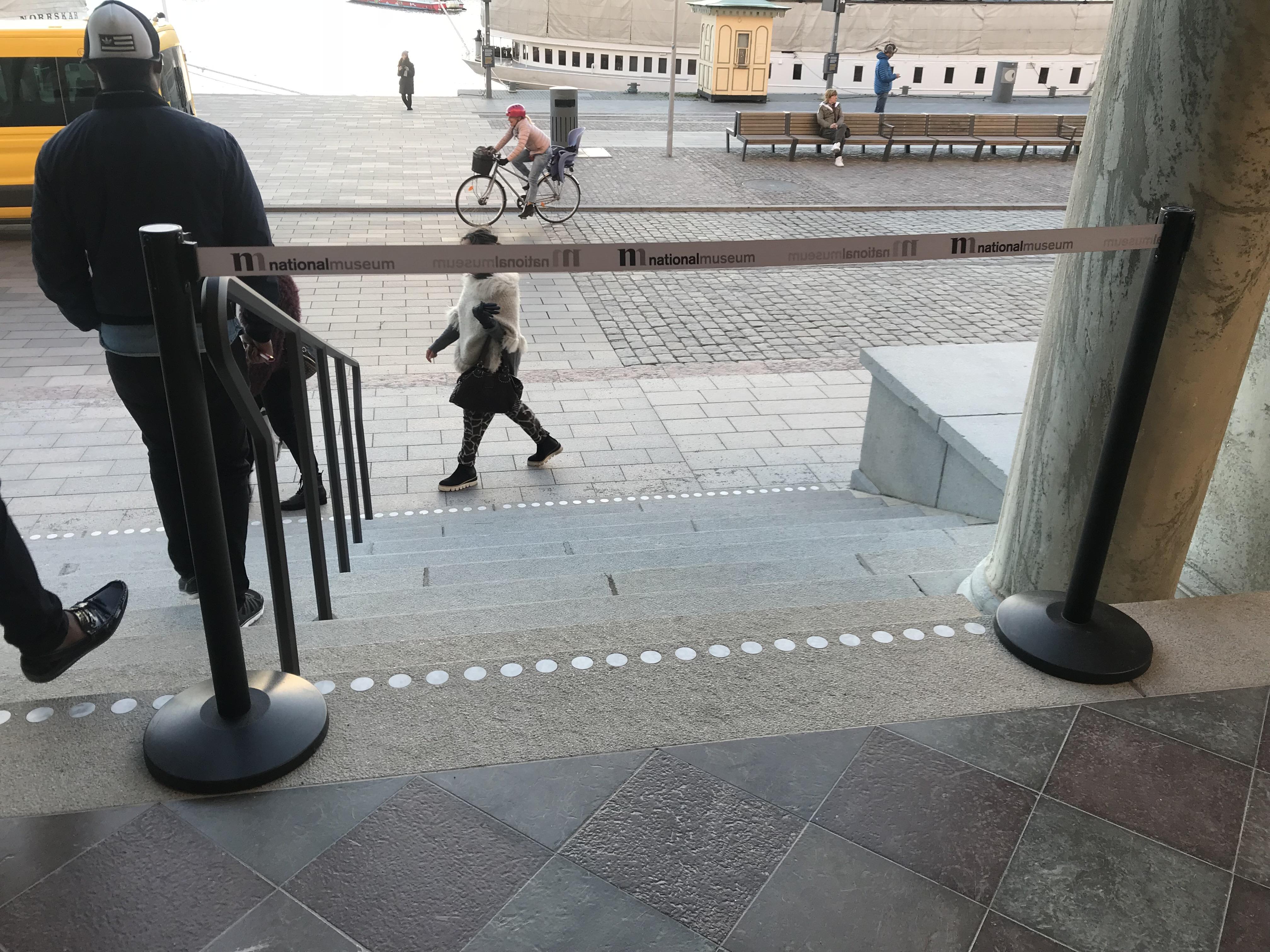 Avspärrningsstolpar med bandtryck till Nationalmuseum
